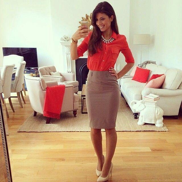 2695d4f0d9e9 Falda lápiz con blusa roja   looks con color rojo para oficina ...