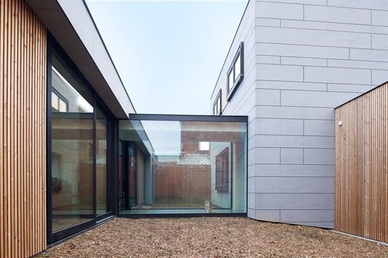 Een glazen corridor verbindt het oude huis met de nieuwe bijbouw
