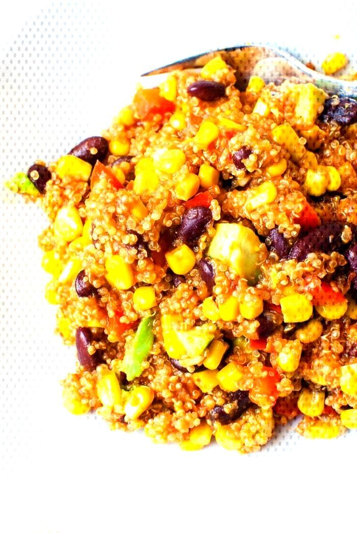 Mexikanische Quinoa-Pfanne mit Avocado Mexikanische Quinoa-Pfanne mit Avocado