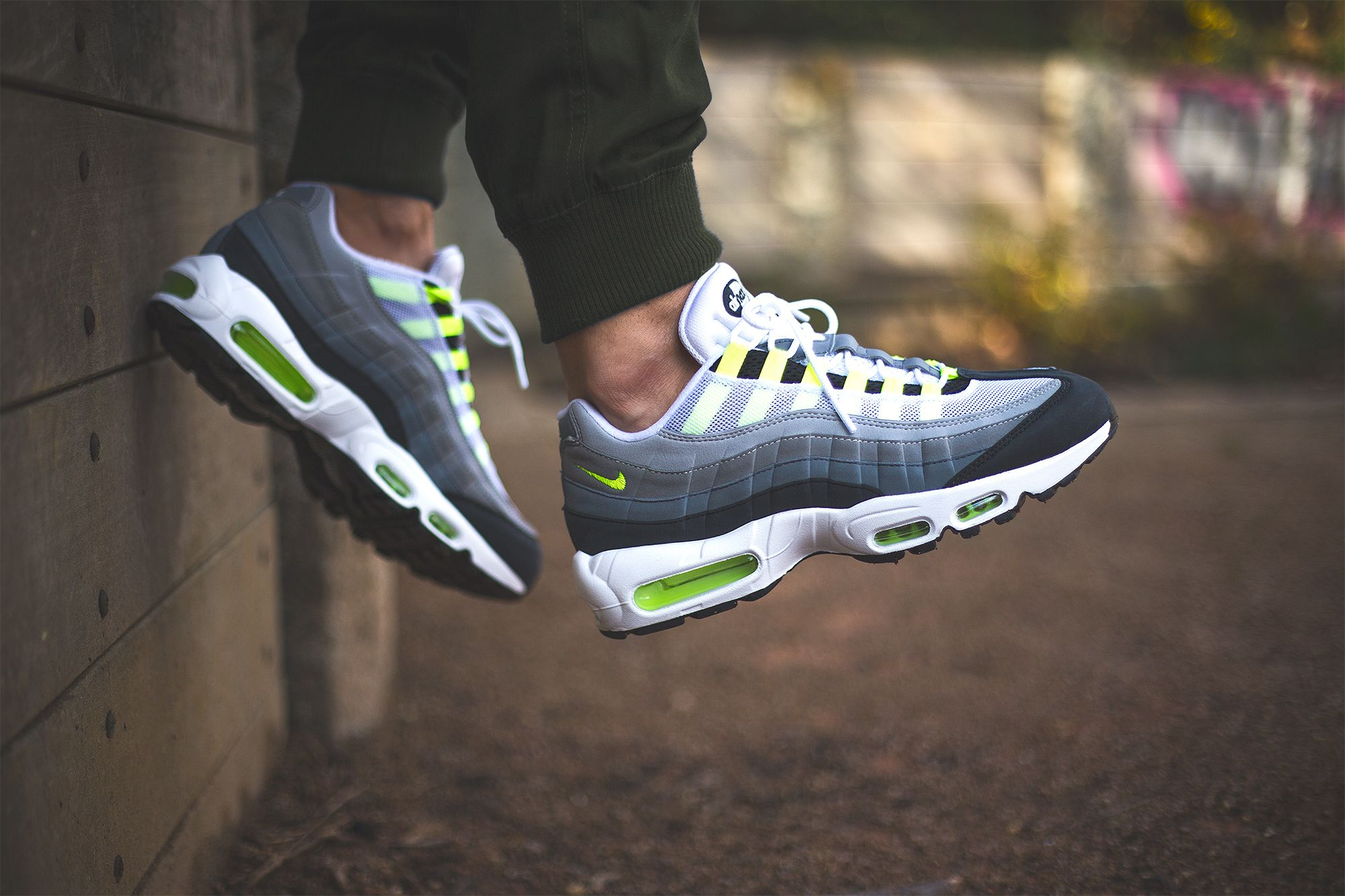 finest selection 52b09 ece1a Réinterprétation du travail iconique de Sergio Lozano et du coloris « Neon  » de 1995, la Nike Air Max 95 iD « Neon Alternate » par Sneakers Addict™  utilise ...