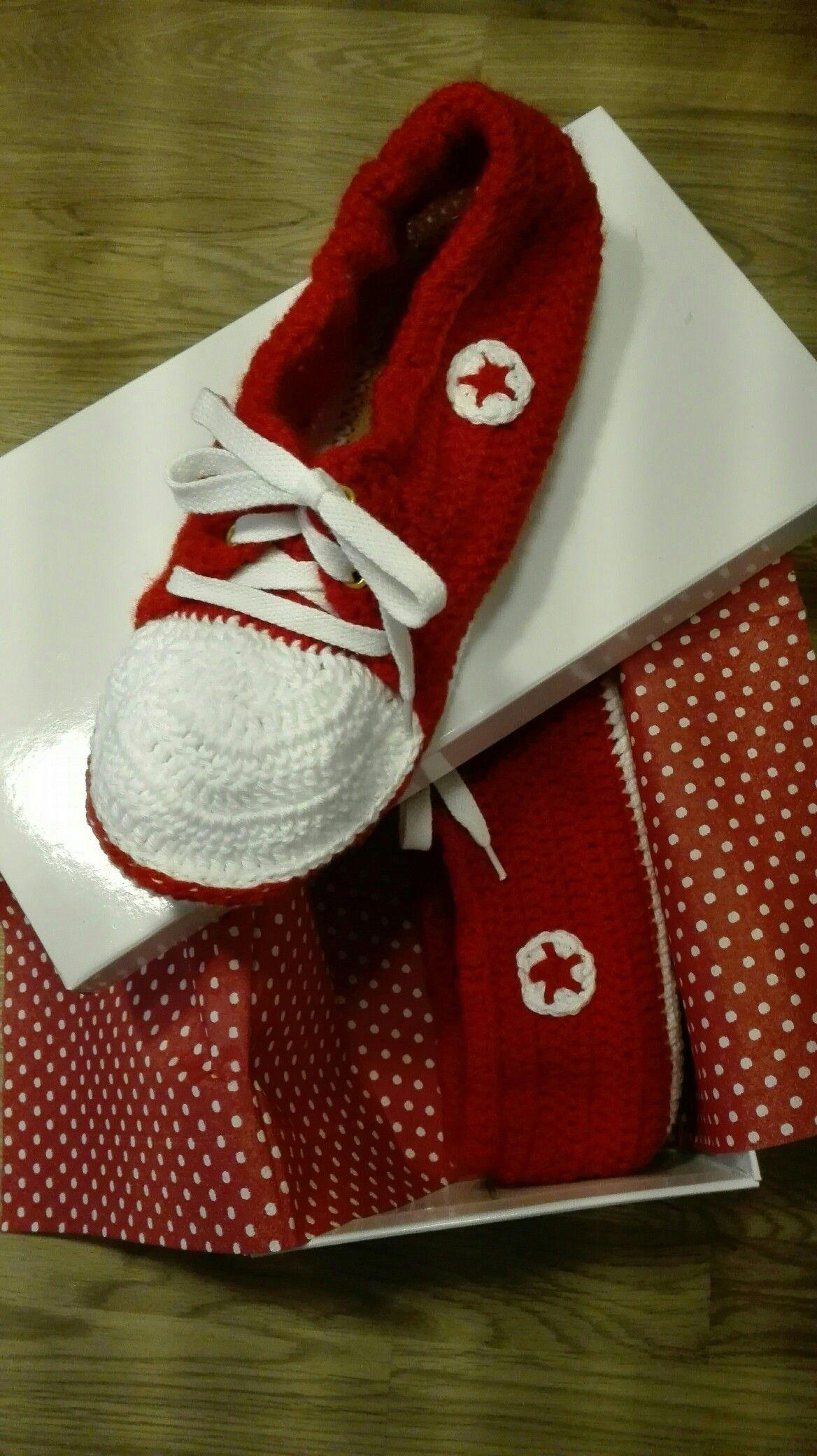 Warum nicht einmal Schuhe verschenken? ...und fix waren diese Turnschuhe gehäkelt 😊!