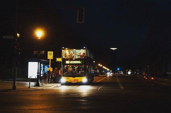 #Berlin in the dark #rbcamp16 #photooftheday #yellowbus #bus #follow4follow #happy #netzwerken #like4like #citylights #fun #spaß #wochenendtrip #Reise #reiseblog #Reisebloggerbarcamp #ontheway http://ift.tt/23eNQ9u