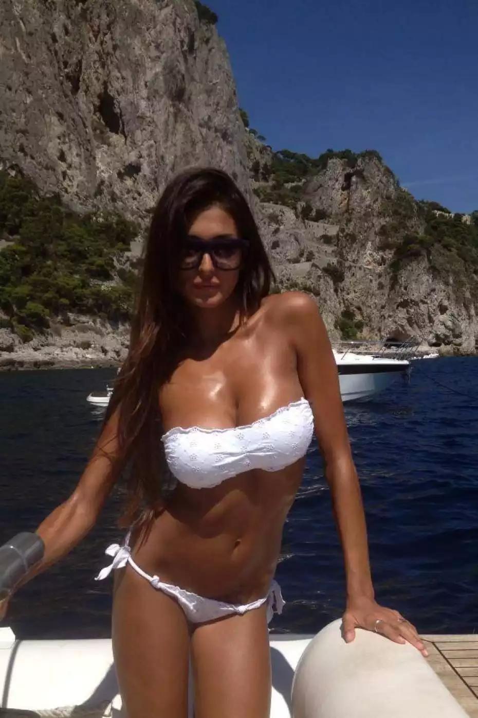 Sexy italian women on the beach foto 412