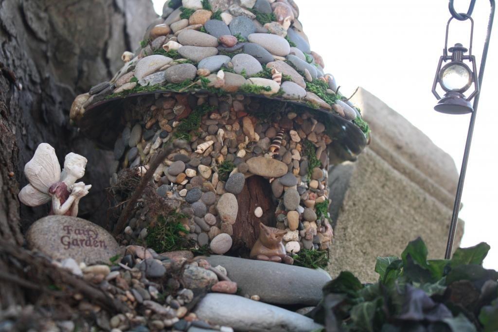 Une maisonnette Bouteille en plastique colle et cailloux   Un jardin ...