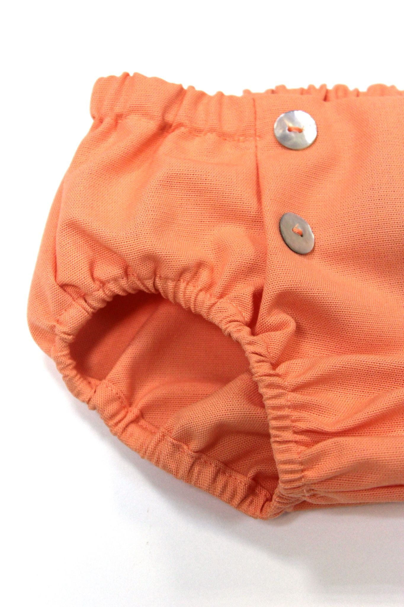 Cuidamos cada uno de los detalles de nuestras prendas. Culotte en color salmón con botones en el delantero como detalle #kids #corazondeleonkids #diaper #salmón #moda #madeinSpain #SpringSummer2015 #baby #botones #cubrepañal #culotte #bottoms