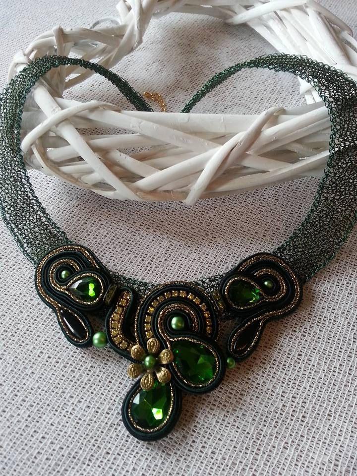 Halskette aus gehäkeltem Draht mit Soutache Element \