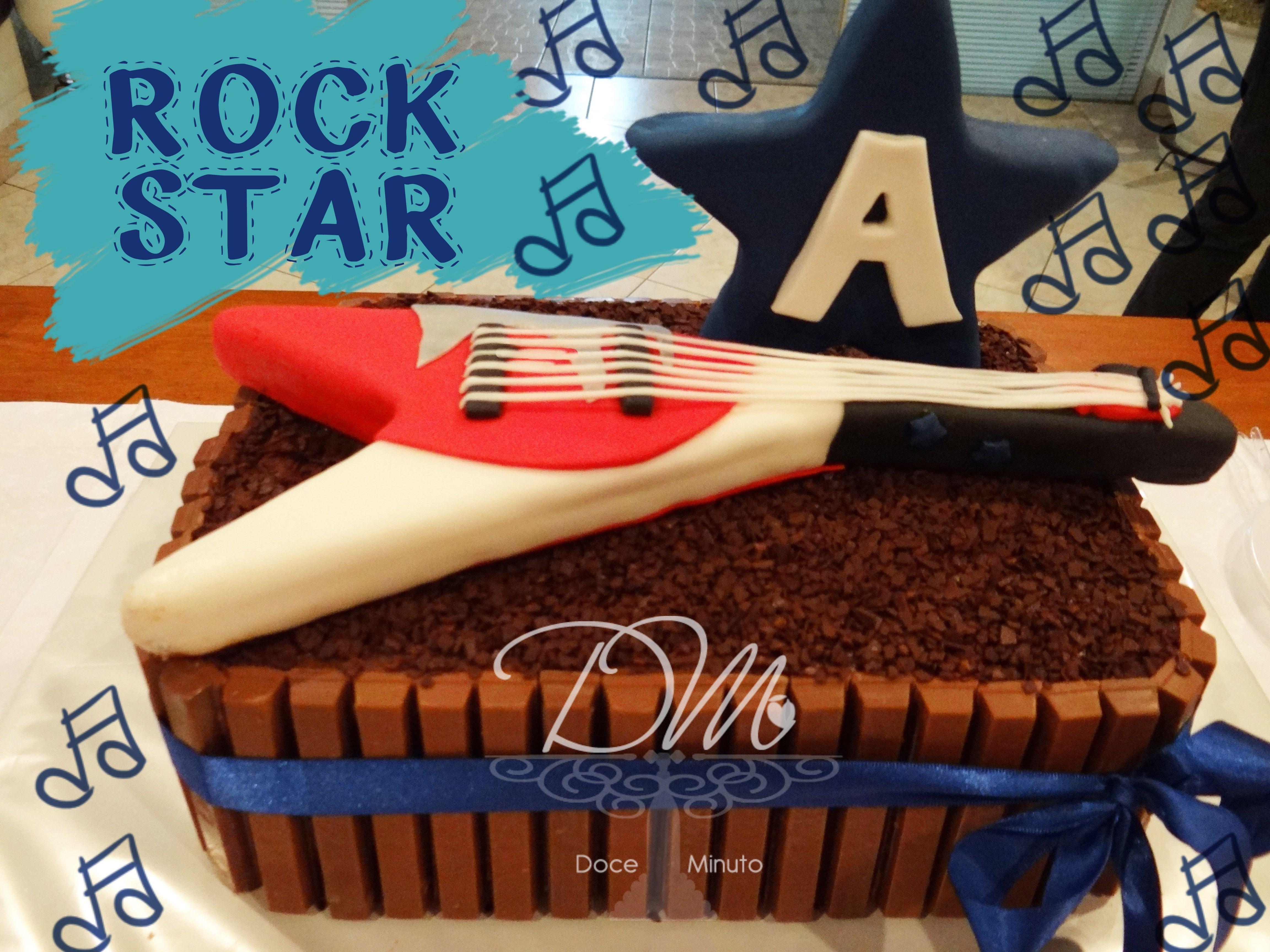 Bolo KitKat - Decorado com tema Rock - Massa Chocolate, recheado com delicioso Creme de Chocolate e pedaços de chocolate ao leite