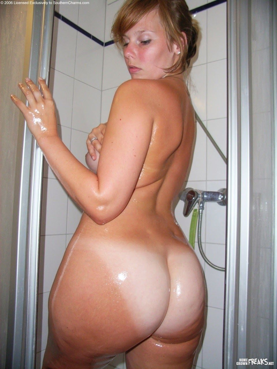 mature beauty naked bath
