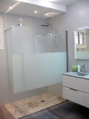 Avant après  une salle de bains démodée rénovée du sol au plafond - faux plafond salle de bain