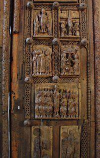 Holztür in St. Maria im Kapitol in Köln - Die 25 verbliebenen Schnitzereien erzählen, lebendig und ausdrucksstark, das neue Testament.