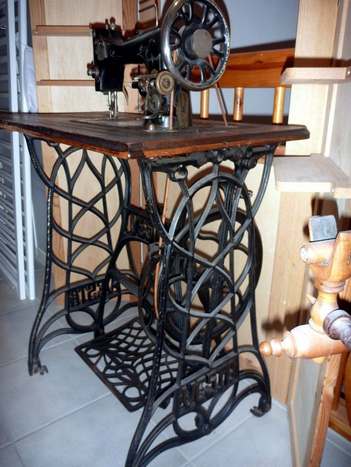 n hmaschine mit tisch auf gusseisengestell vesta heinrich kropf bamberg vesta treadle. Black Bedroom Furniture Sets. Home Design Ideas