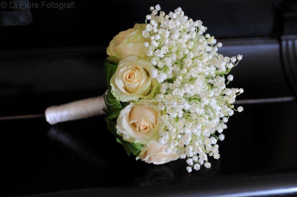 Elegante bouquet da sposa di mughetto e rose rosa