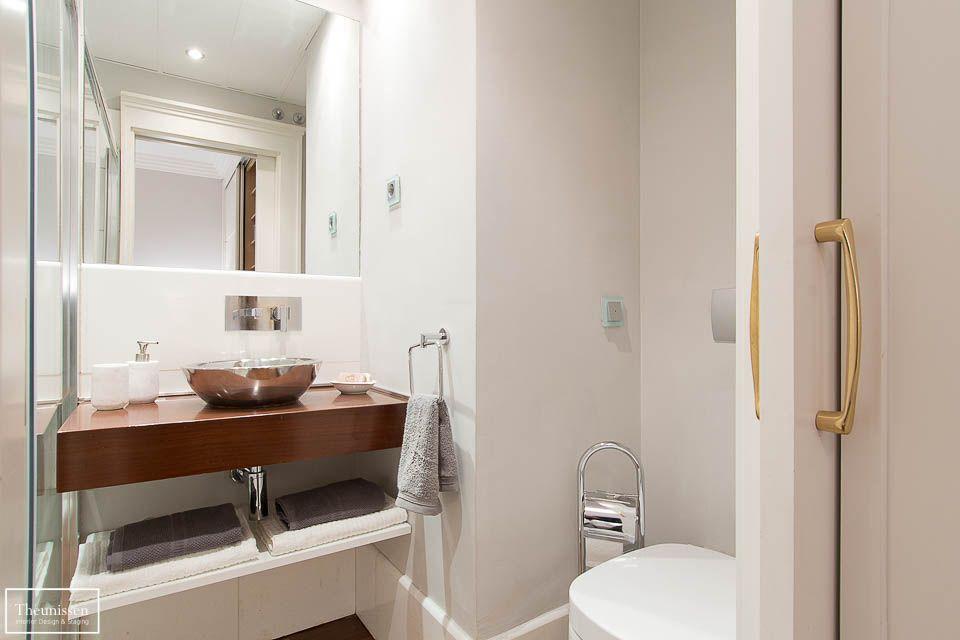 Cuarto de baño en blanco y con madera. # ...