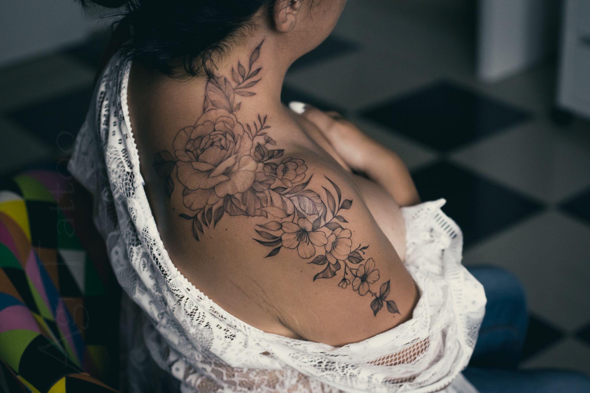 Tatuaz Kwiatowy Dla Kobiet Piwonie Roze Na Bark Ramie Szyje Tattoos Flower Tattoo Flowers
