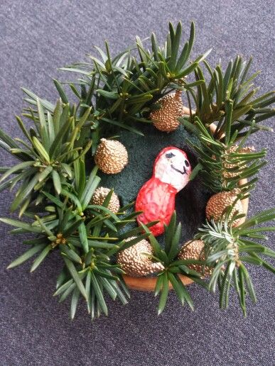Kerststukje met kindje van pelpinda! Gewoon met stiften ingekleurd.