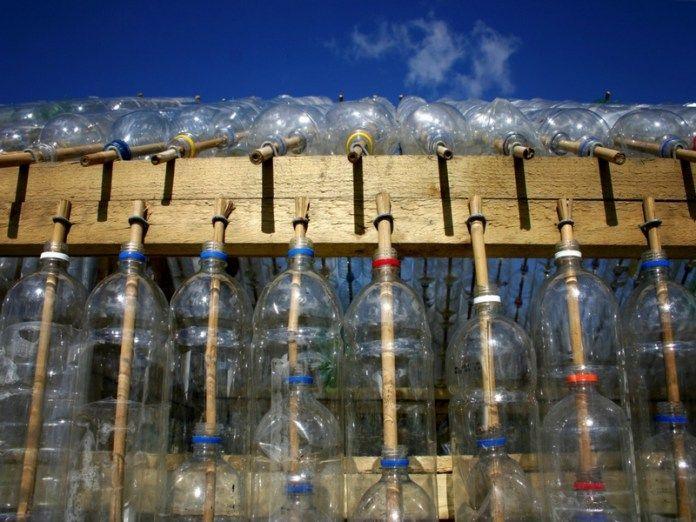 construire une serre avec des bouteilles en plastique palettes pinterest garden plastic. Black Bedroom Furniture Sets. Home Design Ideas