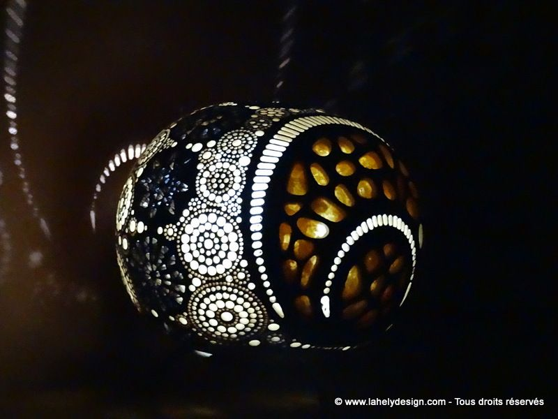 Photophore PH01165N17 Calebasse du Sénégal Diamètres : 19 cm et 16 cm Perforations : 1.2 mm à 6 mm Teintes : Darkbrown - Wengé - Cofee - Chêne foncé Vernis :   chêne foncé   Fermetures avec aimants Eclairage : LED piles CR2032