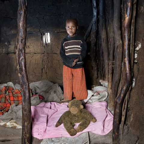 Tangawizi – Keekorok, Kenia, Kuvattu 18 kuukauden ajan, italialaisen valokuvaajan Gabriele Galimbertin projekti, Toy Stories, esittää kuvia lapsista ympäri maailmaa poseeraamassa arvokkaimman omaisuutensa kanssa - heidän lelunsa.