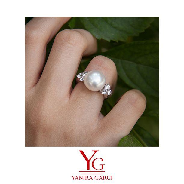 d79321c723f1 Anillo de plata de primera ley rodiado con circonitas blancas y perla  cultivada. Sterling ring silver 925 set with white zirconia and natural  pearl.