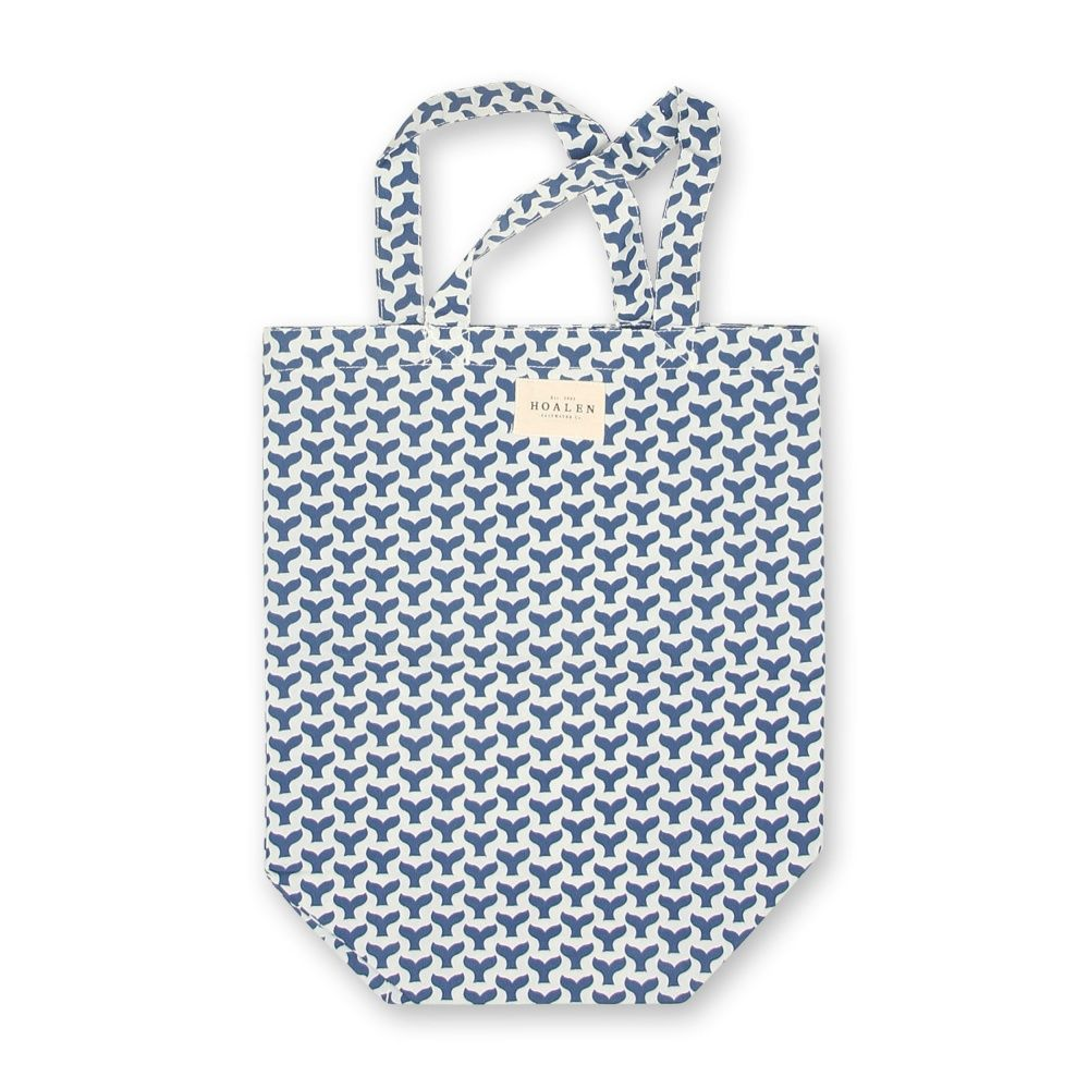 BEACH BAG SMALL Sac de plage Petit sac de plage, largeur 34 cm x hauteur 42 cm. Séchage rapide. 100% Nylon. Imprimé à motif de queues de baleine.Fabriqué en Chine.