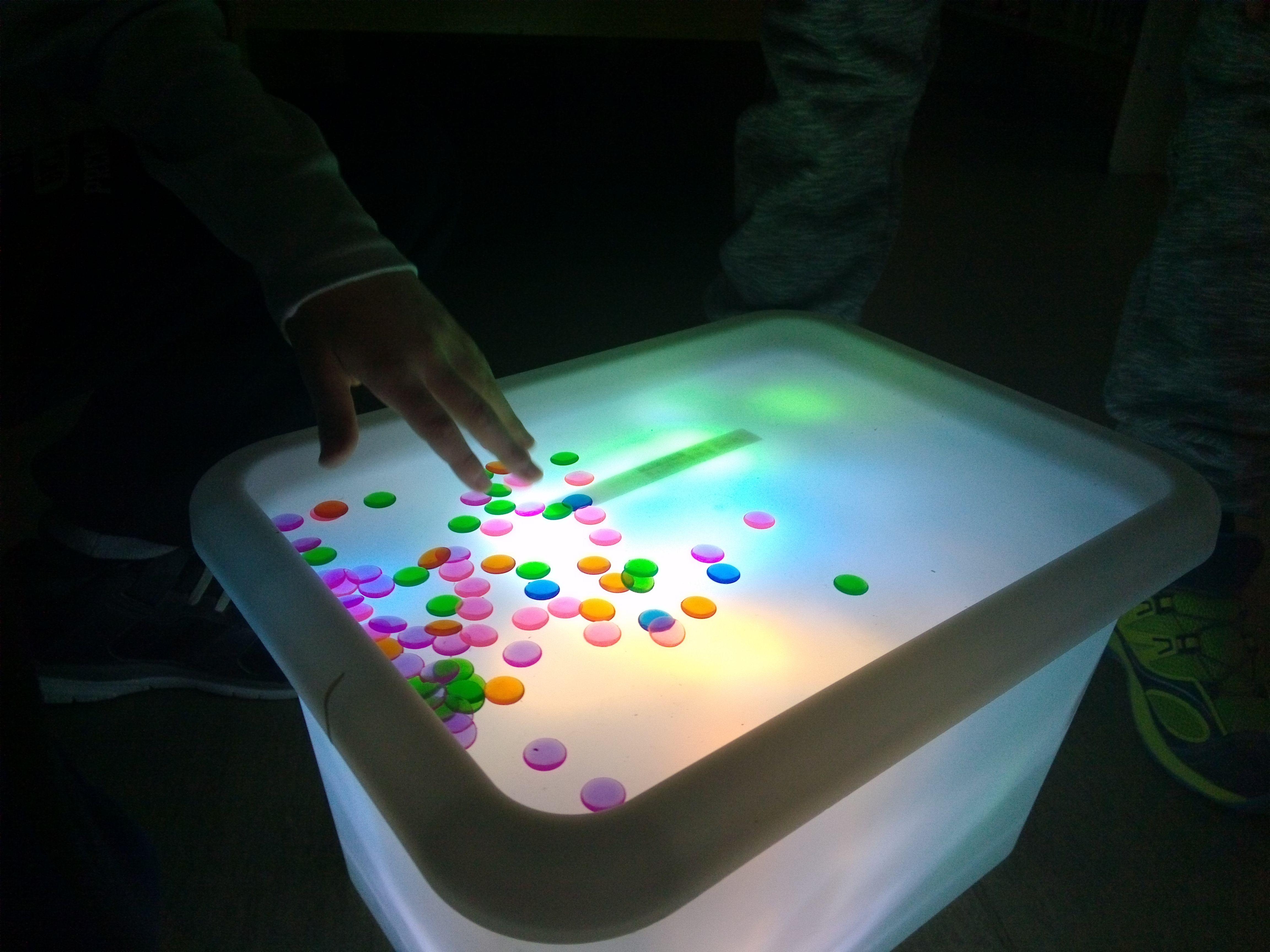 jeu sensoriel la table lumineuse enfant reggio. Black Bedroom Furniture Sets. Home Design Ideas