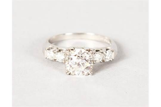 A SUPERB PLATINUM SET DIAMOND RING, the central stone approx. 2cts with two further stones to the