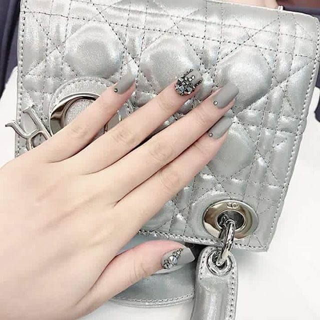 Stylish nails designs ideas to look romantic and girly