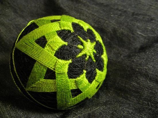 Temari Balls – Mesmerizing Artworks Made of Yarn | #Temari #Green | More Temari balls on Oddity Central
