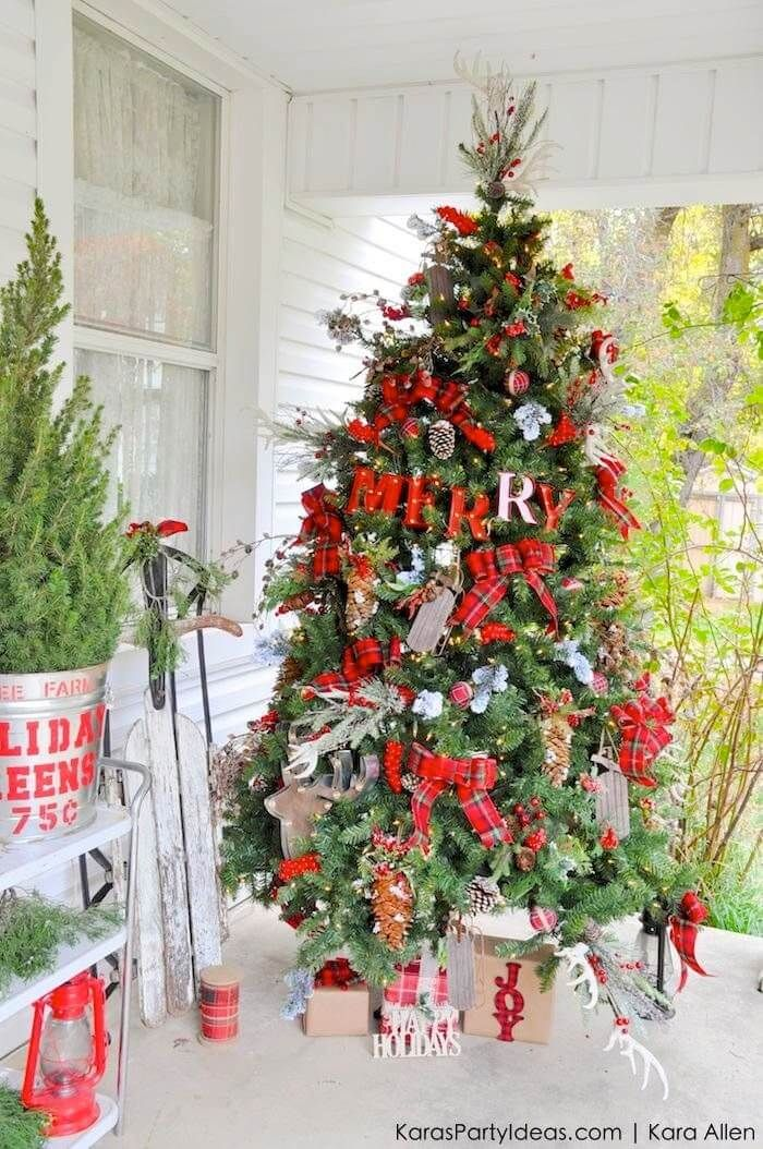 Festively Rustic Outdoor Christmas Tree Design 22