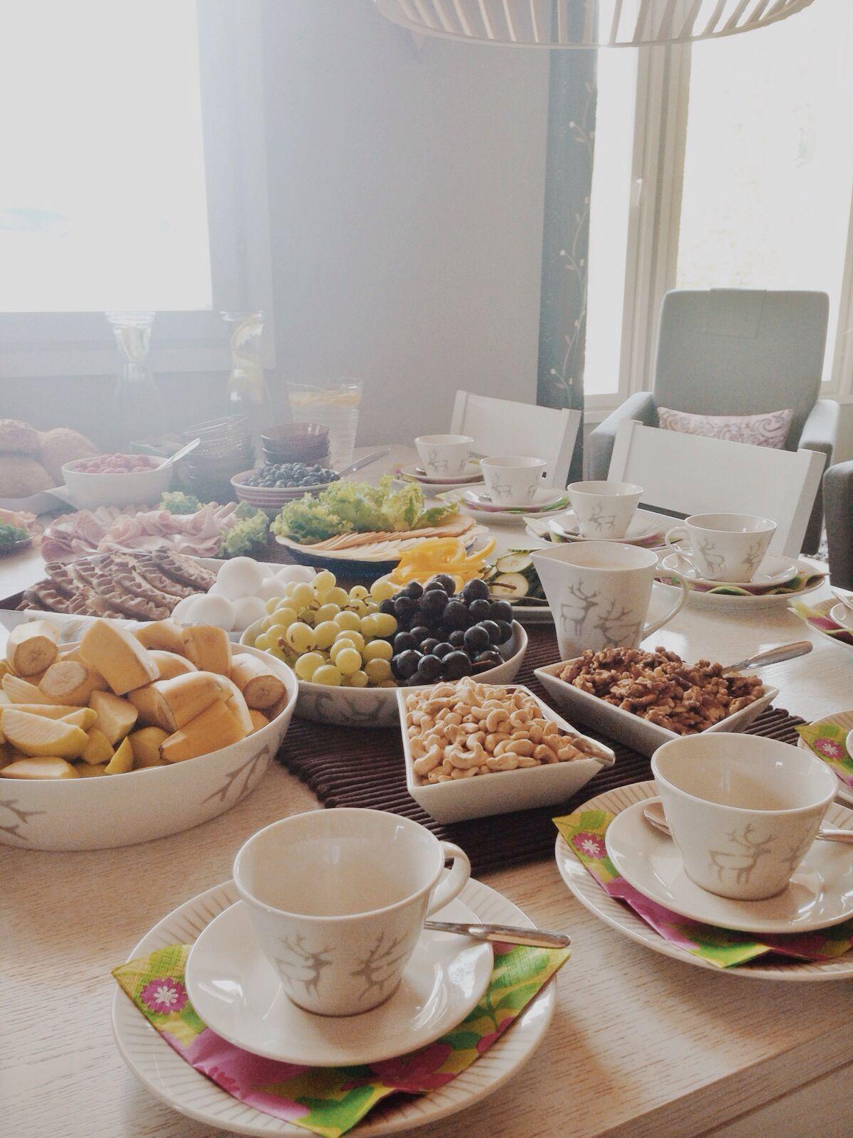 Yhteistyöskentely Tammelan järvimaisemissa aloitetaan kunnon aamiaisella. Elokuu 2014.