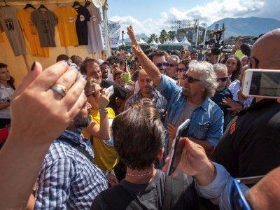 'Keep calm and m5s al governo. E' lo slogan che campeggia su molte magliette vendute negli stand di Italia 5 stelle e indossate già da molti att...