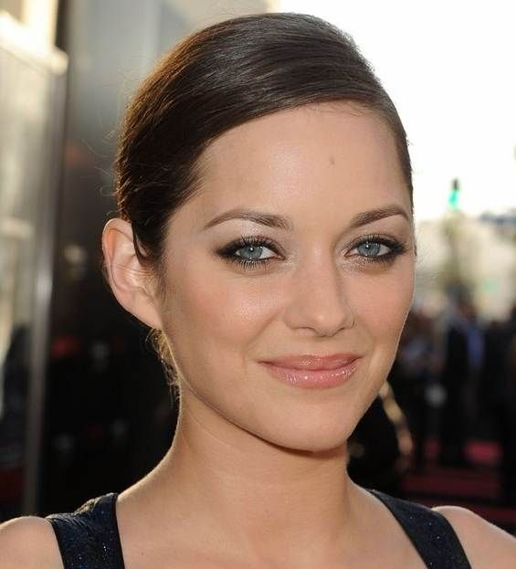 Cat eyeliner Smoky shadow, silver highlighter Natural gloss lip  Marion Cotillard