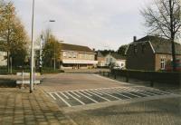 Kruispunt, van Loovebaan met Kerkstraat.foto genomen vanuit de Loovebaan, met recht vooruit Orthopedische schoenhandel Kanters-Vinken, kerkstraat 19. en rechts woonhuis Nr. 28