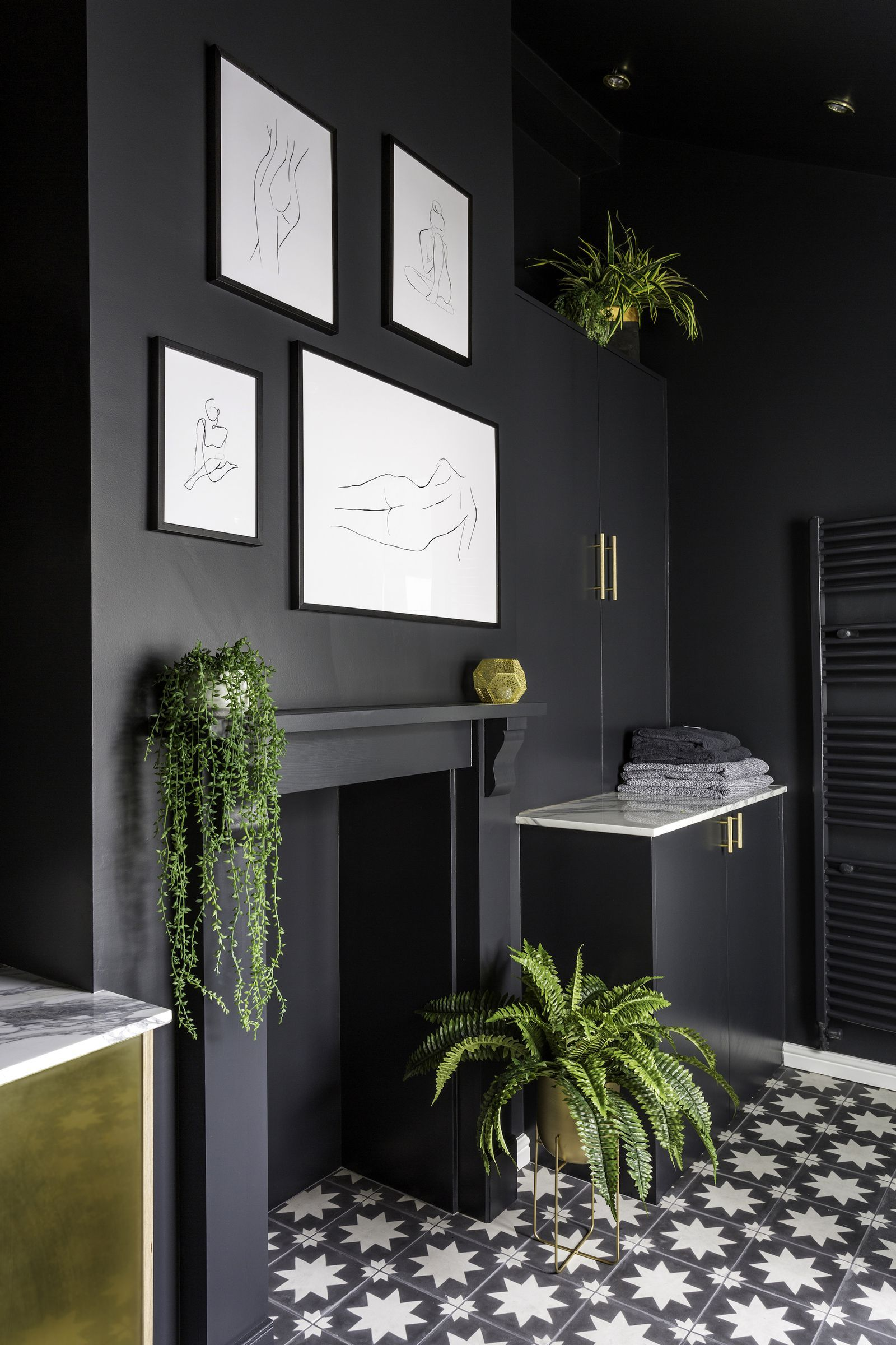 This black and gold bathroom will make you want to ...