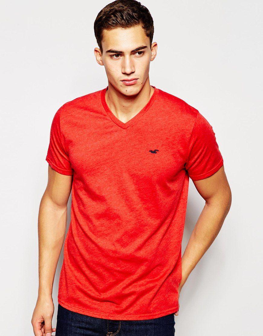 T-Shirt von Hollister weiches Jersey mit V-Ausschnitt Logoapplikation reguläre Passform - entspricht den Größenangaben Maschinenwäsche 60% Baumwolle, 40% Polyester Model trägt Größe M und ist 189cm/6 Fuß und 2,5Zoll groß