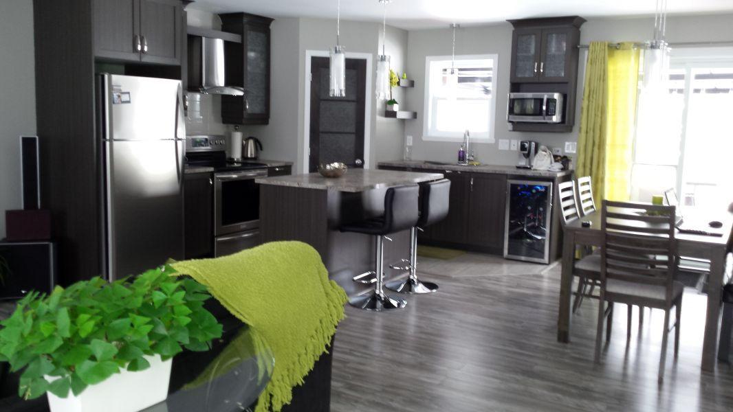 Grande cuisine avec garde-manger walk-in et aires ouvertes sur salle