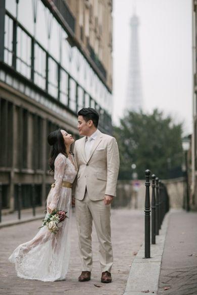 From a pre-wedding photoshoot in Paris. Photographer: Aberrazioni Cromatiche Studio via Bridal Musings