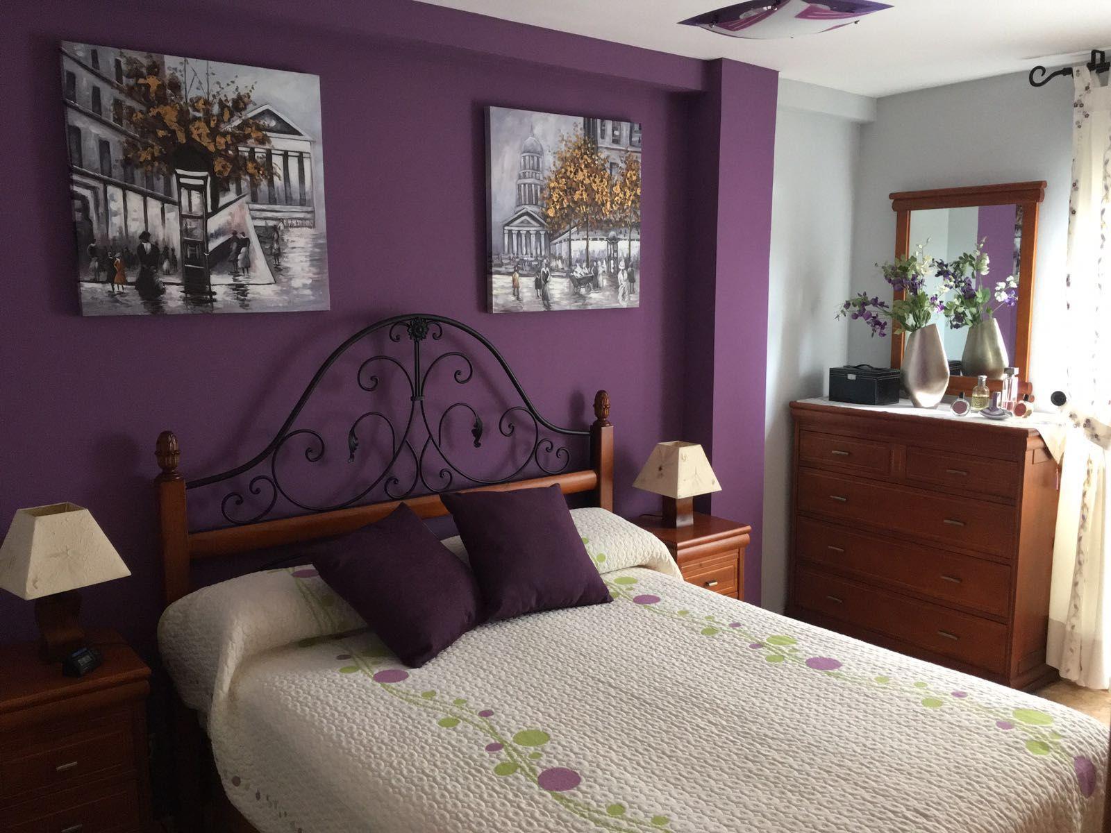 Paredes con color y accesorios neutrales - Cabecero De Dormitorio En Color Berengena Y Resto De Paredes En Color Gris Claro