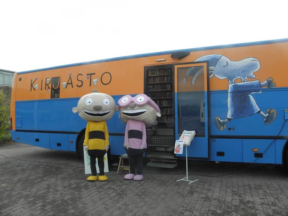 Kirjastoautossa on paljon kirjastossa ja muualla Sastamalassa käytettyä Kunnaksen hahmoa esimerkiksi Herra Hakkarainen. Värikäs auto jota ei voi olla huomaamatta.