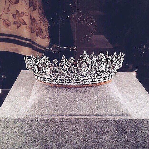 "2,586 curtidas, 11 comentários - Lipsy London (@lipsylondon) no Instagram: ""Remember girls, ALWAYS wear your invisible crown! ✨💎👑 #Goals #PrincessProblems #Slay @ladyluxury"""