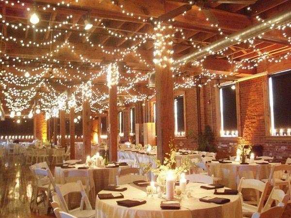 9 fa ons d illuminer votre mariage plafond d co mariage guirlande lumineuse d coration. Black Bedroom Furniture Sets. Home Design Ideas