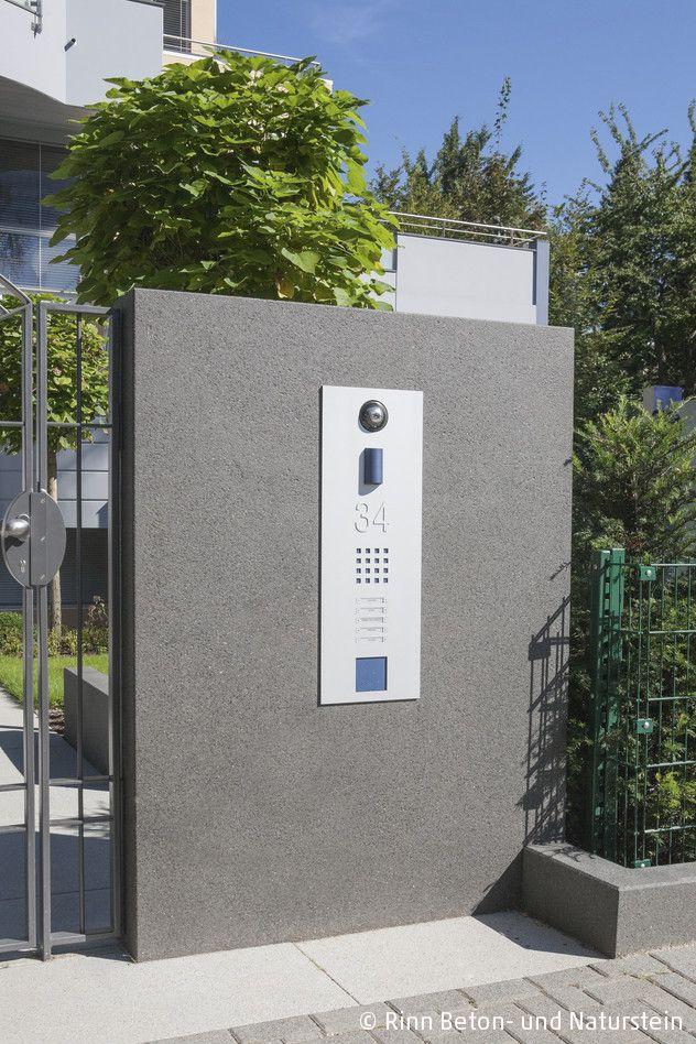 Moderne Sprechanlage in einem Mauerteil von Rinn