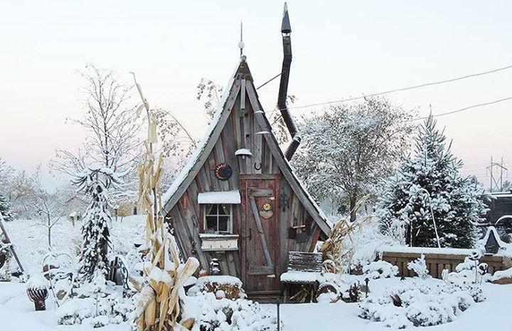 Ne manquez pas de découvrir les créations féériques de Dan Pauly, entre habitat et œuvres-d'art, réalisées avec des bouts de bois récupérés et réutilisés.  Plus d'infos : https://mrmondialisation.org/il-fabrique-des-tiny-houses-e…/