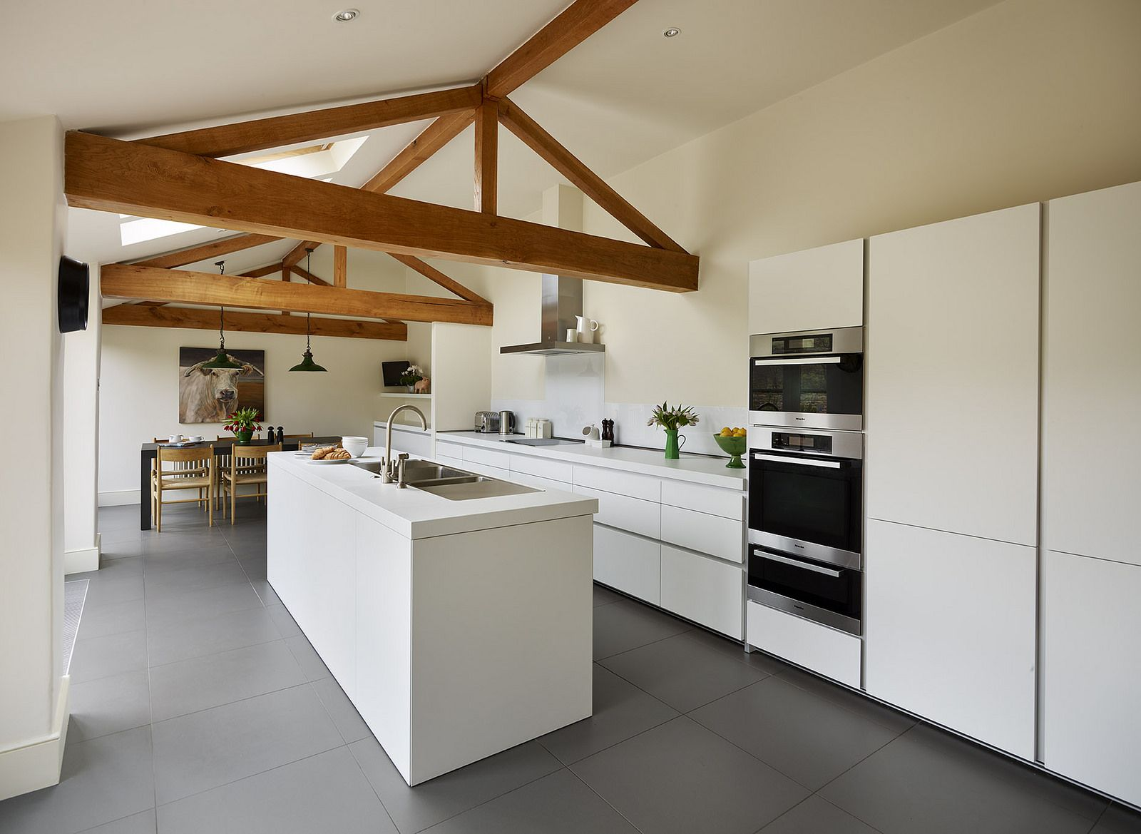 Prachtige design keuken met Miele inbouwapparaten. (stoom)oven, combimagnetron en warmhoudlade.