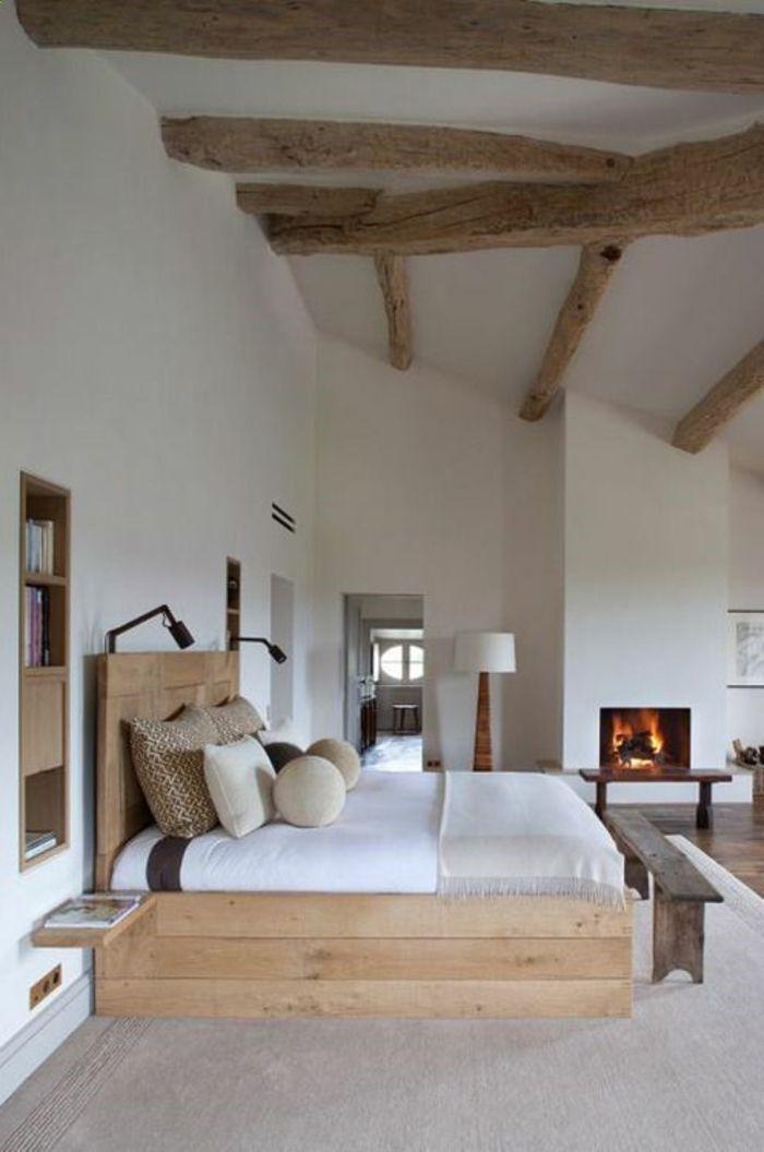 suite parentale avec un intérieur blanc, lit en bois clair, meubles
