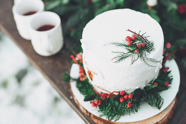 Winter wedding cake decorated with berries | fabmood.com #wedding #winterwedding #christmas #christmaswedding