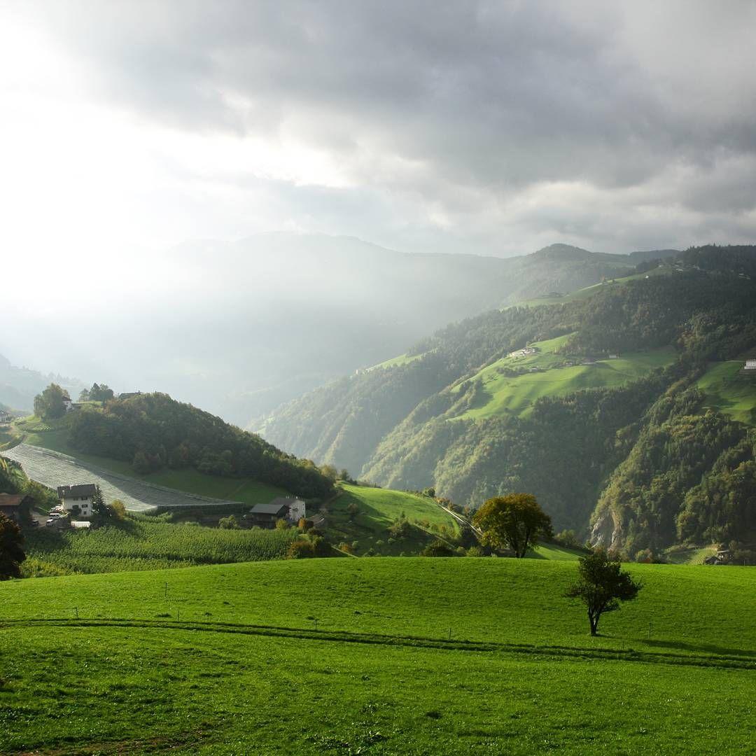 Ob sich die Sonne wohl durchsetzen kann? Ich liebe diese Aussicht von unserer Südtiroler Ferienwohnung.  #Südtirol #wandern #urlaubaufdembauernhof