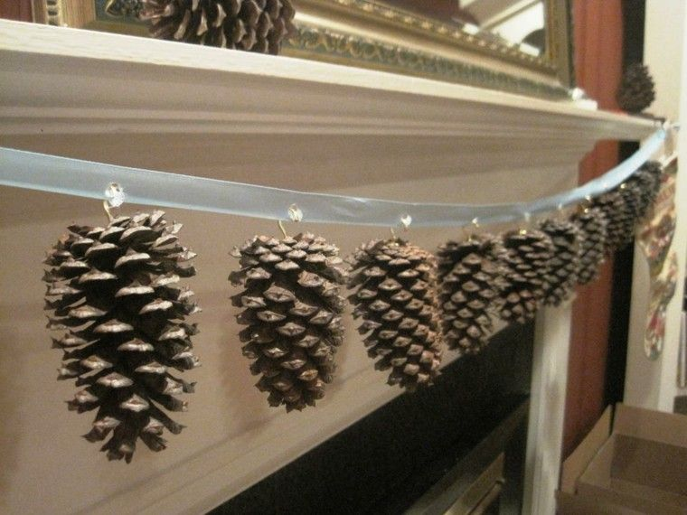 Guirnalda decorada con pi as de pino adornos de navidad pinterest manualidades para - Adornos navidad con pinas ...