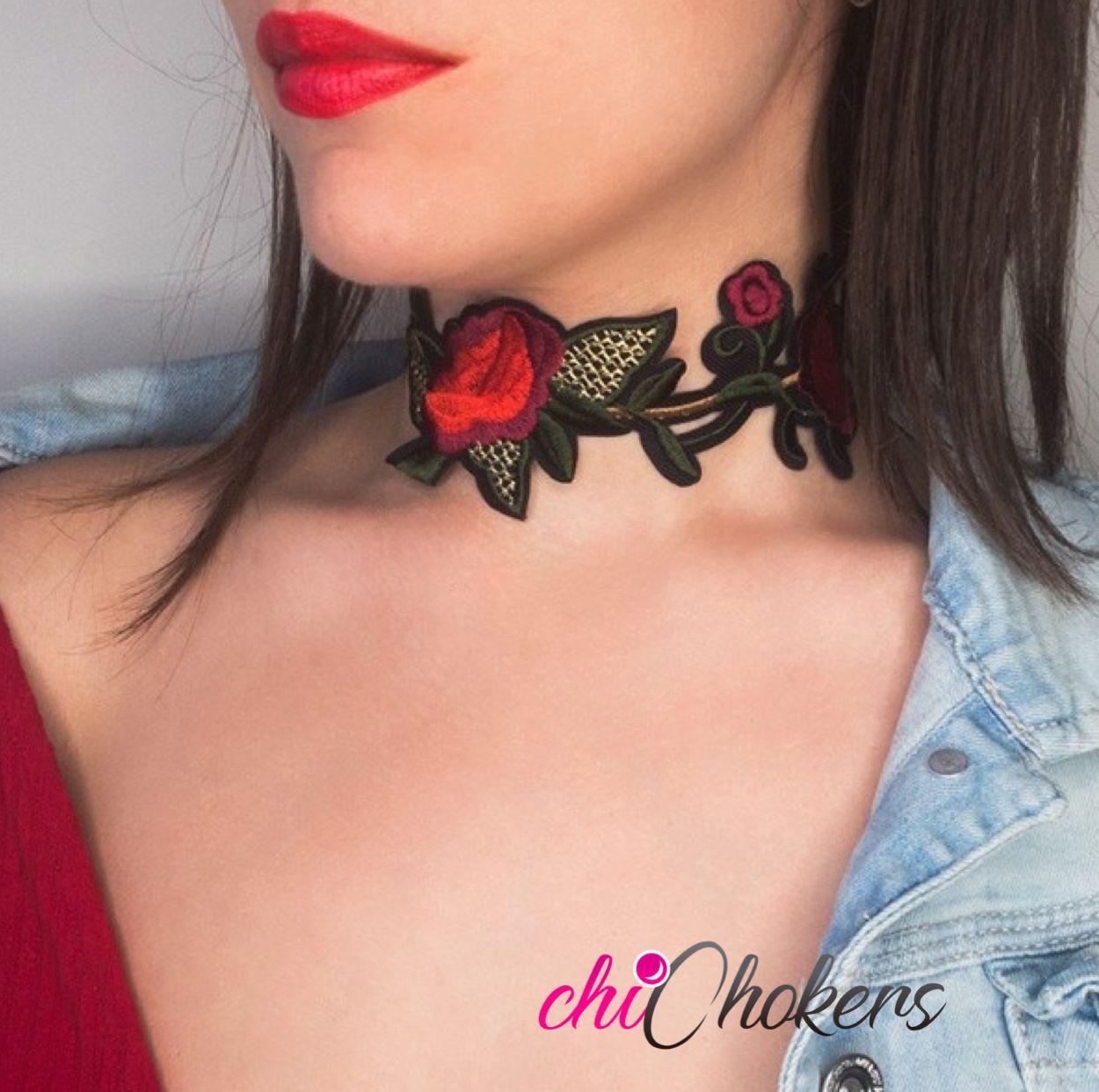 Precioso choker bohemio con flores rojas. La gargantilla está formada por rosas rojas y hojas verdes. Queda genial con una chaqueta vaquera y una camiseta roja.
