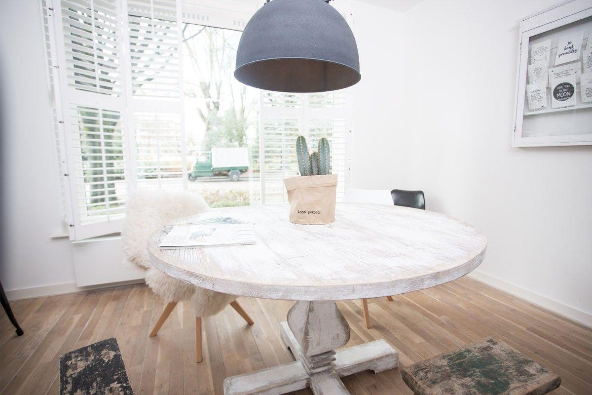 De rond van hout wit is een betaalbare ronde eetkamertafel gemaakt